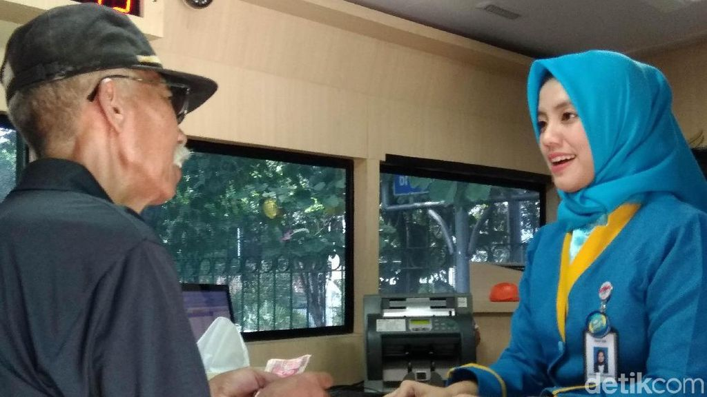 Tukar Uang Siang-siang Bikin Adem, Lihat Teller Bank Cantik
