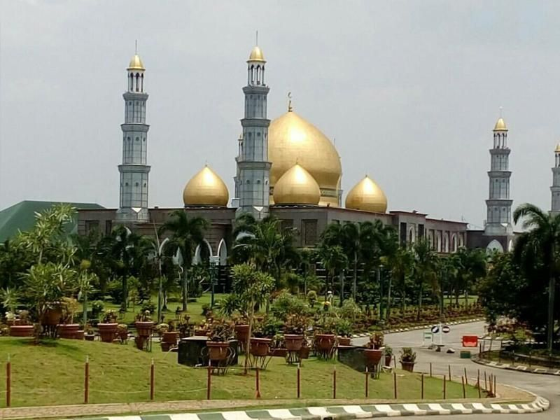 Masjid Dian Al Mahri dikenal juga dengan nama Masjid Kubah Mas berada di Jl Meruyung, Limo, Depok. Masjid ini dibangun dengan gaya arsitektur Timur Tengah. (Hamdatu Nupus/dTraveler)