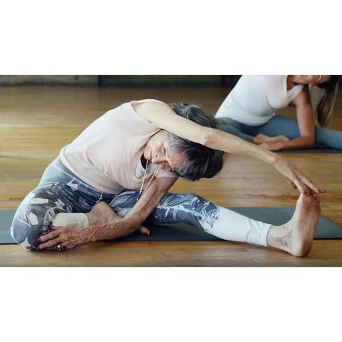 Salut, satu kata yang menggambarkan perasaan kawula muda begitu melihat Tao Porchon Lynch, seorang yoga master, aktivis, dan juga aktris yang masih aktif di usianya yang sudah 99 tahun. (Foto: Instagram/taoporchonlynch)