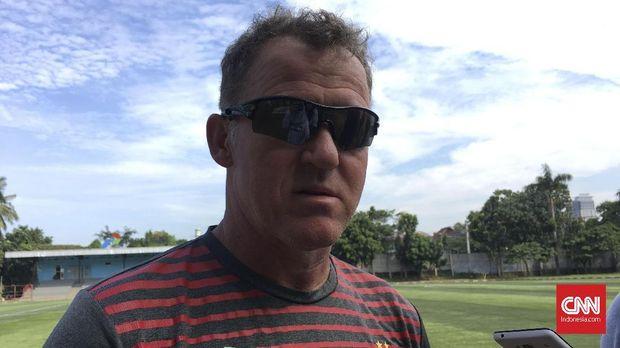 Pelatih Persipura Peter Butler mengaku kesulitan mencari lapangan untuk latihan timnya.