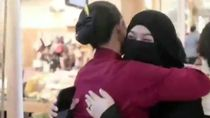 Viral Video Aksi Peluk Saya Hijaber Bercadar di Surabaya