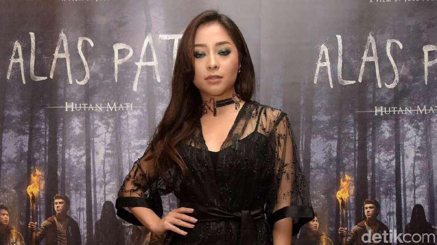 Sexy In Black! Nikita Willy dengan Gaun Menerawang