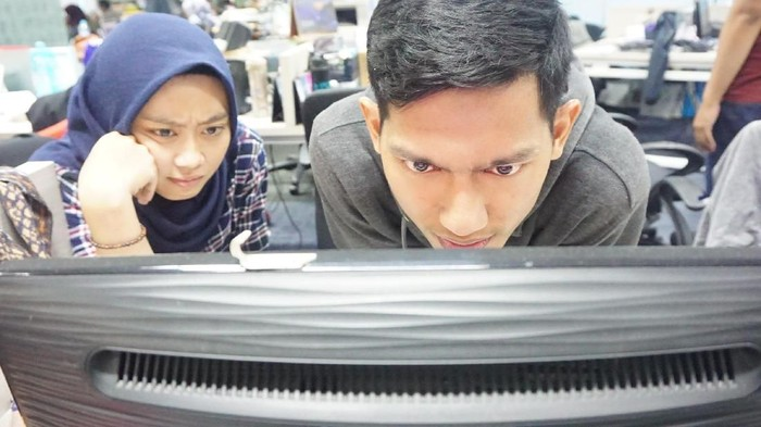 Teman detikcom yang sedang fokus mencari stereogram. Foto: Frieda/detikHealth