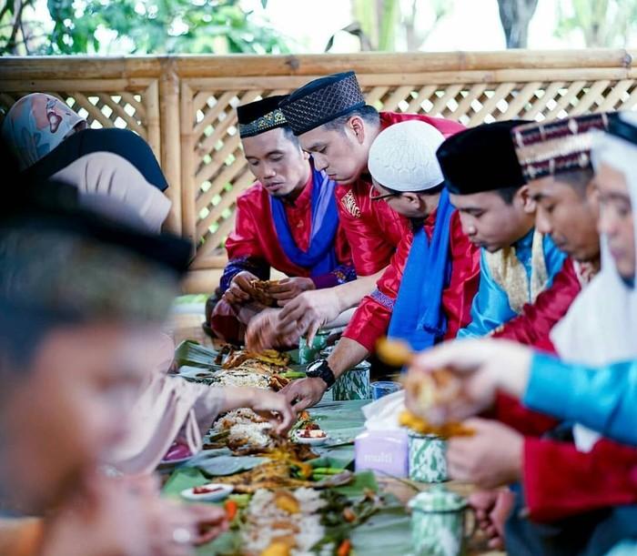 Wah, ustaz Maulana terlihat serius sekali melahap nasi liwet yang ia makan bersama teman-teman di acara Islam Itu Indah. Di sana terlihat ayam goreng, tahu, tempe hingga lalapan dan sambal. Kelihatannya enak, ya! Foto: Instagram @islamituindahttv