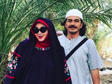 Foto dulu ah bareng suami tercinta di Masjid Quba. (Foto: Instagram/ @rinagunawan28)