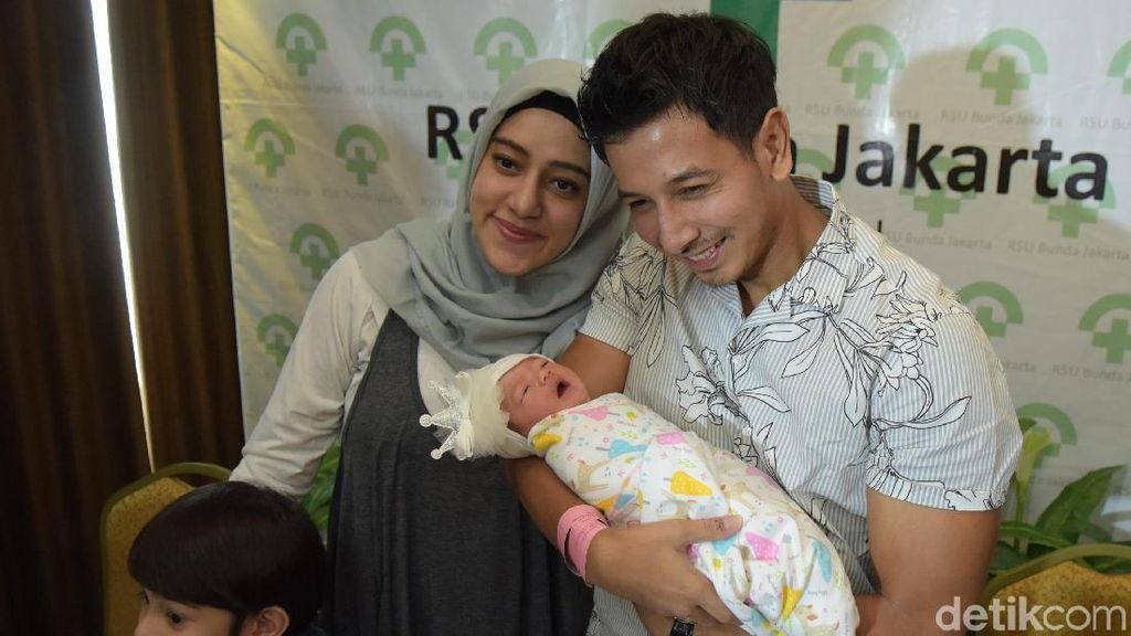 Fairuz A Rafiq Melahirkan Tepat di Ulang Tahun Pernikahan