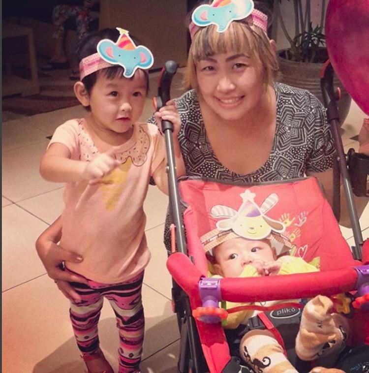 Beginilah Pinkan saat menemani anak ketiganya Queen Chara Wantania ke acara ulang tahun. Si bungsu King Luke Wantania mau ikutan juga nih. (Foto: Instagram/ @pinkan_mambo)