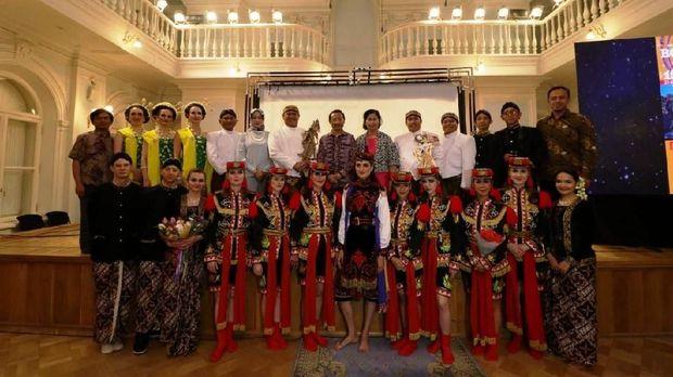 Ki Anom Suroto, Dubes Wahid Supriyadi dan Tim Kesenian Indonesia pada pagelaran budaya Indonesia di Tchaikovsky Moscow State Conservatory, 19 Mei 2018