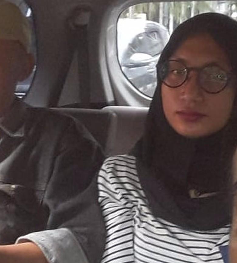 Balada Lelaki Cantik Berjilbab Gondol Barang Mahasiswa Bandung