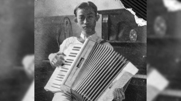 Ismail Marzuki muda dengan arkodeonnya.