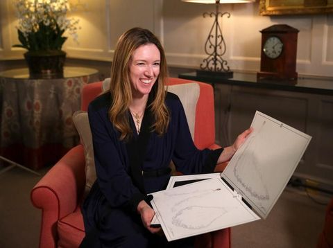 Desainer Clare Waight Keller menunjukkan sketsa gaun pengantin Meghan Markle.