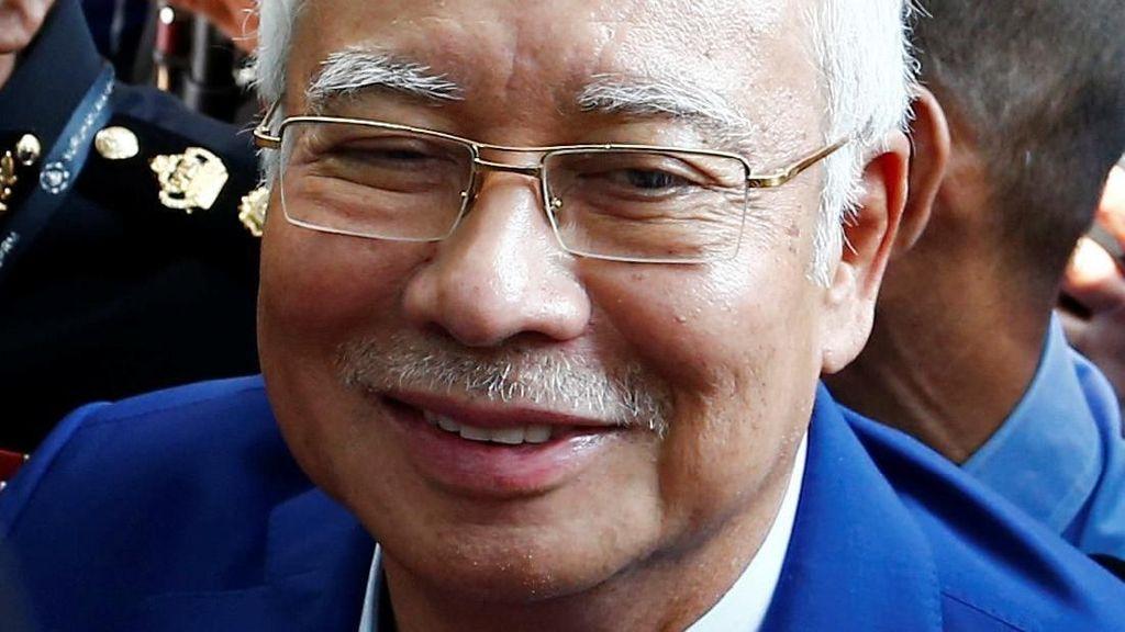 Senyum Najib Razak Saat Akan Ditanyai Komisi Antikorupsi