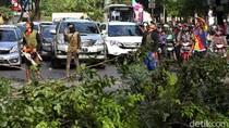 Penebangan Pohon Macetkan Jalan Asia Afrika Senayan