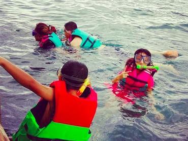 Wah, asyiknya Pinkan snorkeling bareng anak-anaknya. (Foto: Instagram/ @pinkan_mambo)