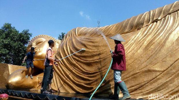Mengintip Ritual Cuci Patung Budha Tidur di Mojokerto