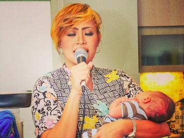 Olah vokal bisa tetap dilakukan Pinkan meski sambil menggendong Baby Luke. (Foto: Instagram/ @pinkan_mambo)