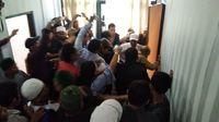 Massa mengeroyok anggota DPRD Karawang Hitler Nababan.