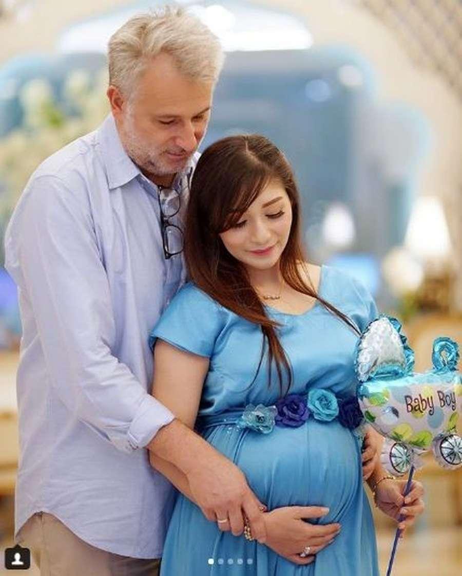 Saat Baby Margaretha Pamer Perut Hamil Besar