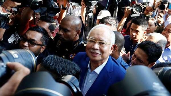 Tersenyum, Najib Tiba di Komisi Antikorupsi Untuk Ditanyai