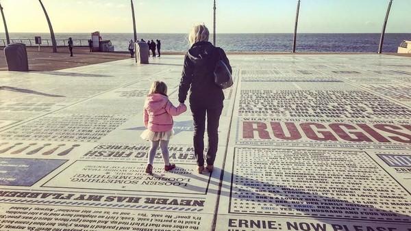 Bukan terbuat dari bahan yang halus, karpet ini dibuat dari batu granit. Di dalamnya terdapat ribuan lelucon, lagu, dan slogan yang ditulis oleh lebih dari 1.000 penulis dan komedian. (lawhumhay/Instagram)