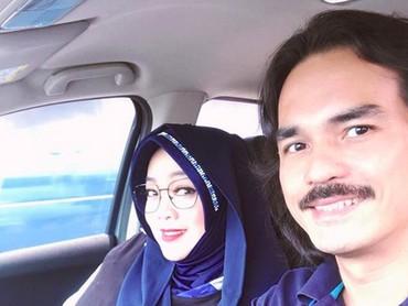 Pasangan ini kayak anak muda jaman now ya. Di mobil pun tetap menyempatkan wefie. He-he-he. (Foto: Instagram/ @rinagunawan28)