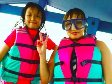 Michele udah siap snorkeling nih sama bundanya. (Foto: Instagram/ @pinkan_mambo)