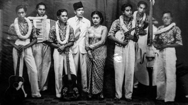 Ismail Marzuki (paling kiri) bersama Eulis (tengah) kala bergabung dalam suatu grup musik.