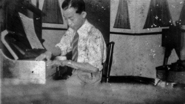 Ismail Marzuki ketika muda, berpose di pianonya.