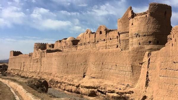 Bank kuno ini dikelilingi parit selebar 6 meter, kedalaman 4 meter dengan menara-menara tinggi. Serta kastil ini hanya memiliki dua pintu utama, dan pintu lainnya hanya untuk penjaga.(fabtravel/Instagram)