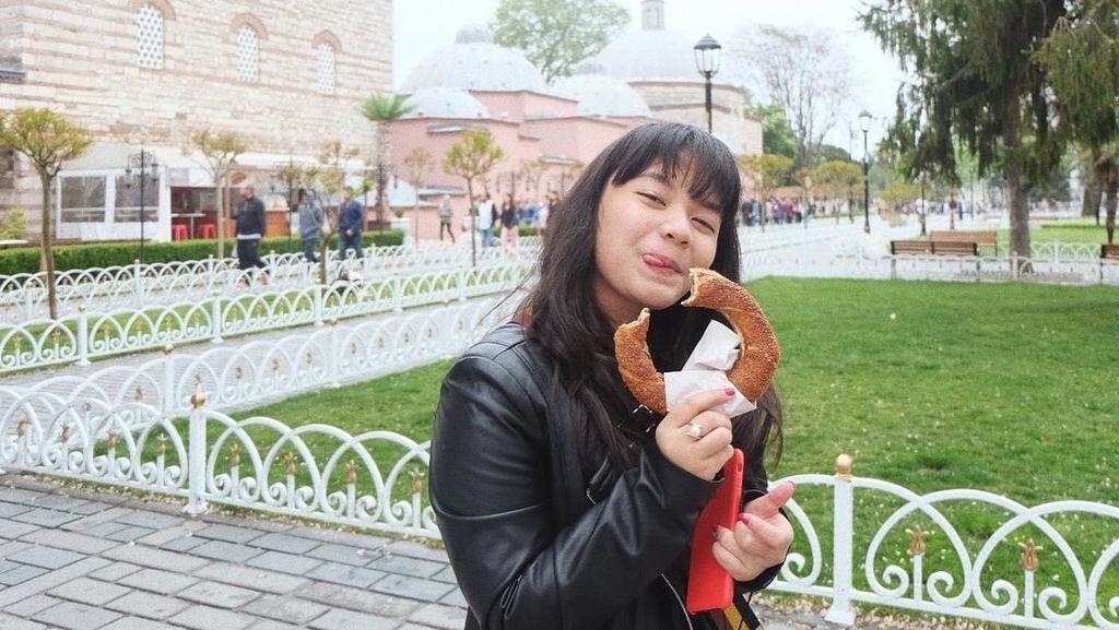 Cantiknya Amel Carla Saat Makan dan Gaya Asyik Anwar Ibrahim Menikmati Makanan