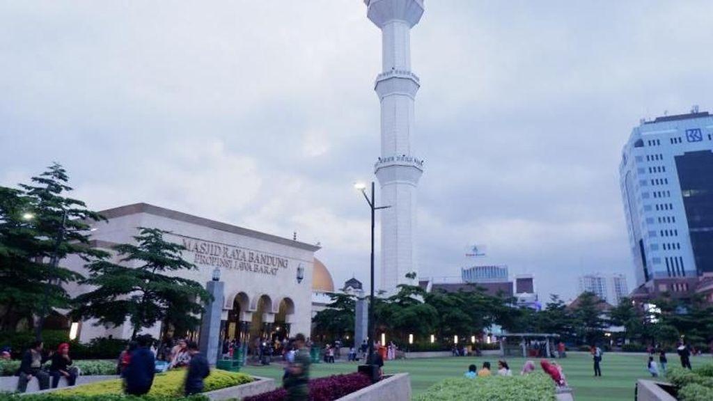 Coba Deh Ngabuburit di Alun-Alun Kota Bandung