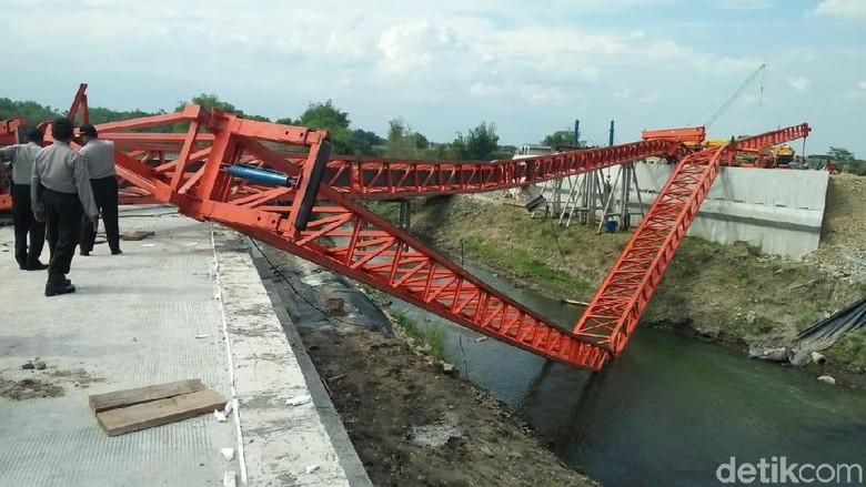 Launcher Girder Ambruk, Pembangunan Jembatan 2 Tol di Jombang Molor