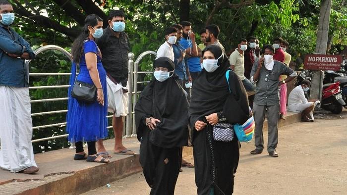 Warga India Pakai Masker di Tengah Wabah Virus Langka Perusak Otak (Foto: REUTERS/Stringer)