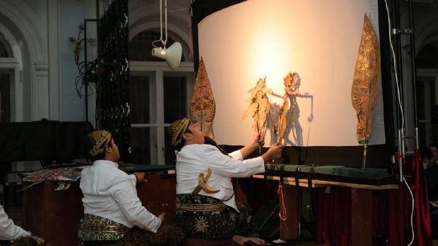 Ki Anom Suroto dan Ki Bayu Aji pada pagelaran budaya Indonesia di Tchaikovsky Moscow State Conservatory, 19 Mei 2018