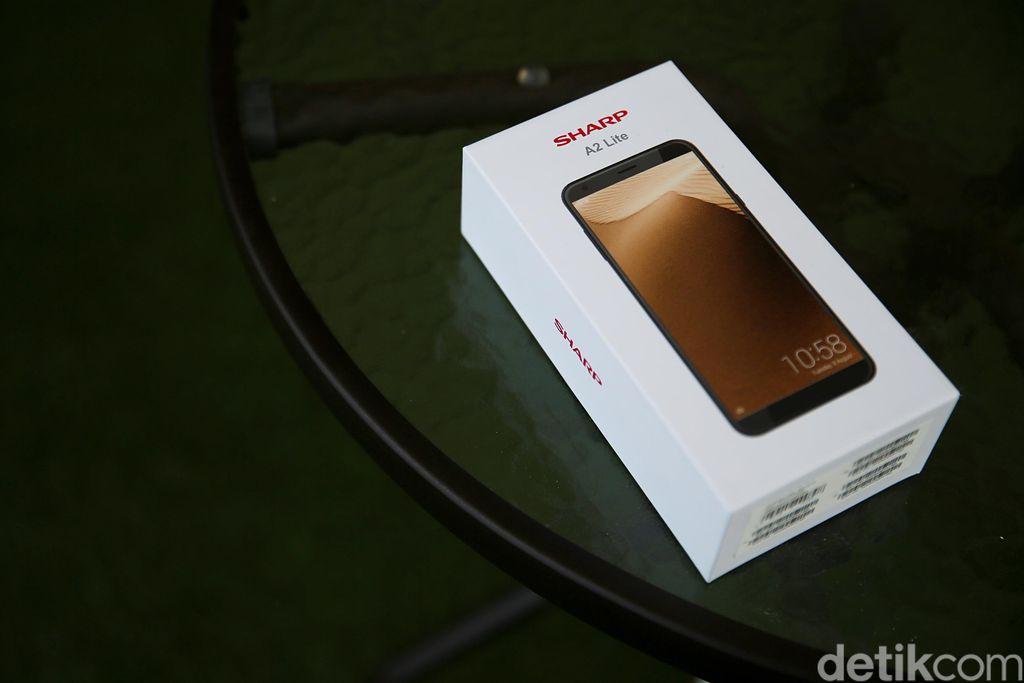 Ini kemasan ponsel Sharp A2 Lite yang dominan warna putih. Foto: Muhammad Ridho