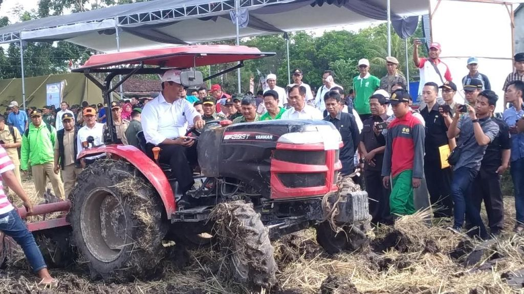 Ngabuburit, Mentan Bajak Sawah Pakai Traktor di Bondowoso
