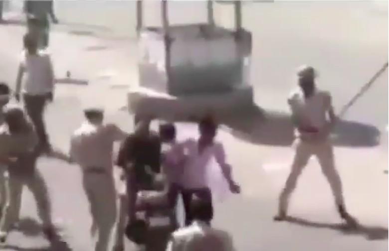 Bonceng tiga dan tak pakai helm, 3 pemuda dipukul polisi. Foto: Screenshot Instagram Satlantaszamannow