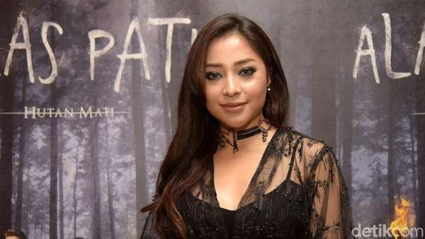 Sexy In Black! Nikita Willy dengan Gaun Menerawang