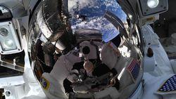 Selfie Paling Horor, Melayang dengan Pemandangan Bumi Bulat