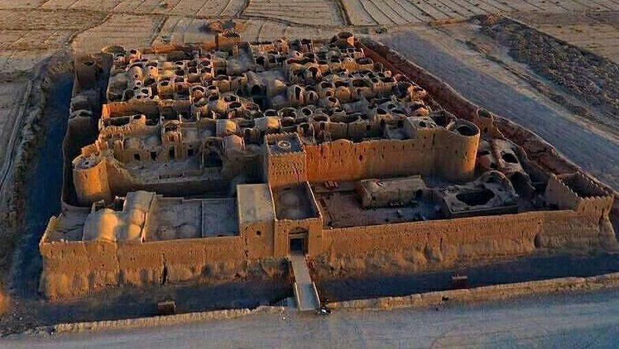 Bangunan ini bernama Sar Yazd Castle. Berada di Desa Sar Yazd, daerah Mehriz, Provinsi Yazd, Iran. (yazd.bama/Instagram)