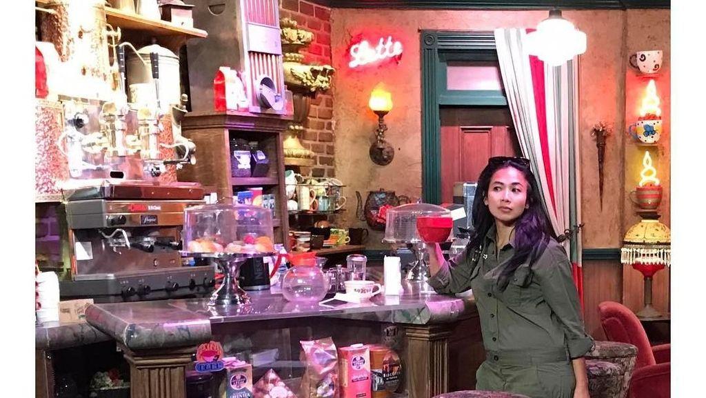 Hobi Ke Kafe dan Beli Gorengan, Ini Aksi Feni Rose Ketika Kulineran