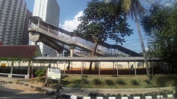 JPO ini melintas di atas rel KA, menghubungkan warga yang dari area UI ke Jalan Margonda
