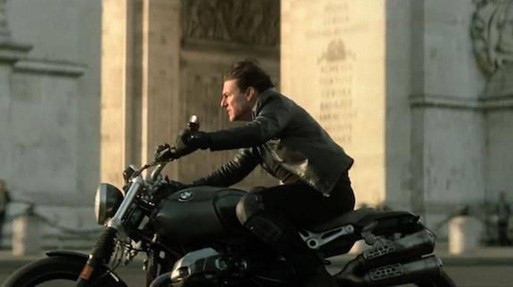 Tom Cruise Tabrakkan Moge ke Mobil