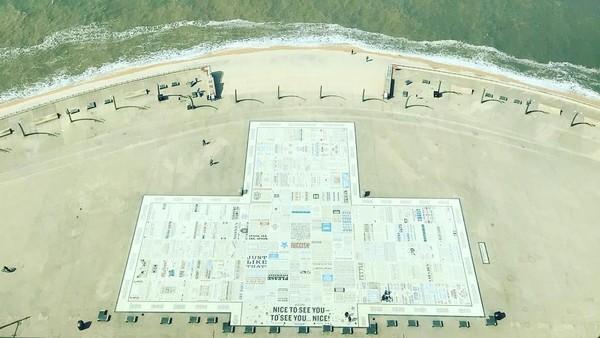 Comedy Carpet adalah sebuah karpet raksasa yang berada di pinggir pantai di Kota Blackpool, Inggris. Karpet ini dirancang oleh seniman Gordon yang diresmikann pada tahun 2011 lalu. (manordrive/Instagram)