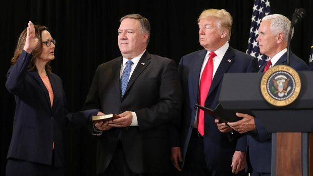 Gina Haspel dilantik oleh Wapres AS Mike Pence, dengan disaksikan Trump dan Menlu AS Mike Pompeo