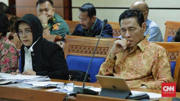 Ketua tim pemerintah pembahasan RUU Terorisme yang juga Kepala Badan Pembinaan Hukum Nasional Enny Nurbaningsih (kiri) dan anggota tim pemerintah Muladi (kanan), di gedung DPR, Jakarta, beberapa waktu lalu.