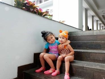 Aw, so sweet! Kakak-adik ini saling sayang lho. (Foto: Instagram @hada9)
