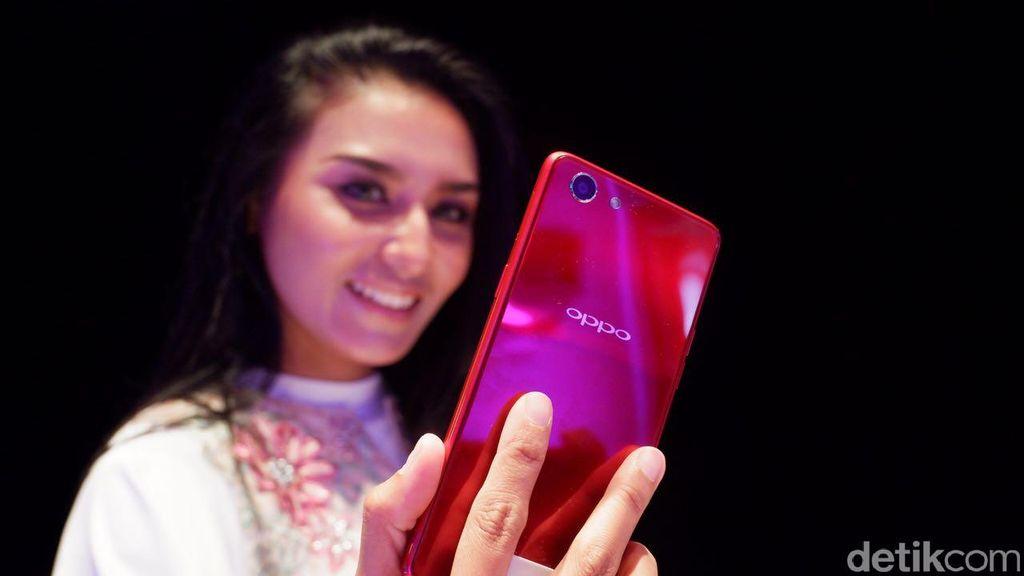 Ponsel ini menjadi varian ketiga F7 yang dirilis Oppo. (Foto: detikINET/Adi Fida Rahman)