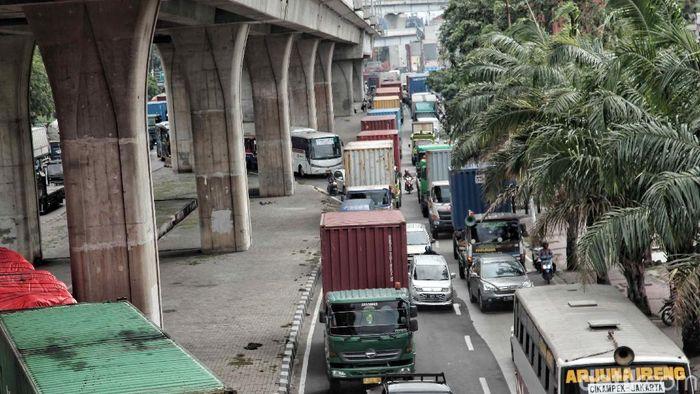 Penyelenggaraan Asian Games 2018 semakin dekat. Untuk mengatur lalu lintas di kota Jakarta Pemprov mulai memberlakukan operasi truk kontainer. (Pradita Utama/detikSport)