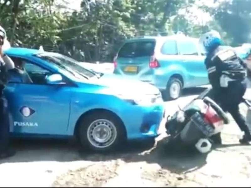 Panik! Taksi Serempet Motor Petugas saat Razia Parkir Liar